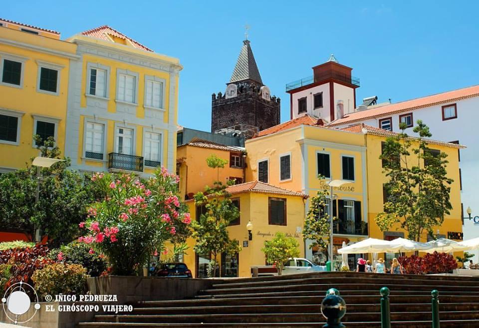Los colores de Funchal, la capital de Madeira (plaza amarela)