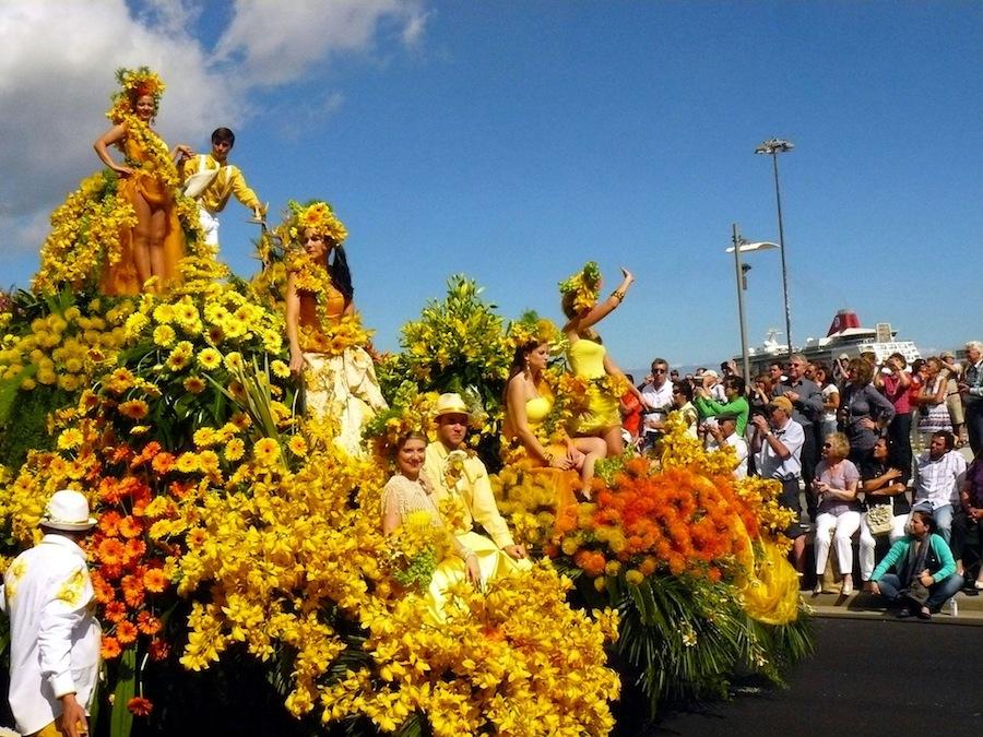 El Cortejo Alegórico de la Flor es un desfile de carrozas espectaculares decoradas con una y mil flores de Madeira.