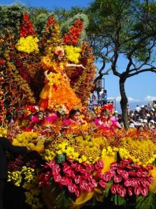 El Gran Cortejo Alegórico de la Flor, carrozas espectaculares llenas de flores de mil colores recorren los lugares más emblemáticos de Funchal.